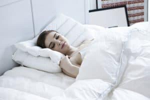 אישה שוכבת במיטה